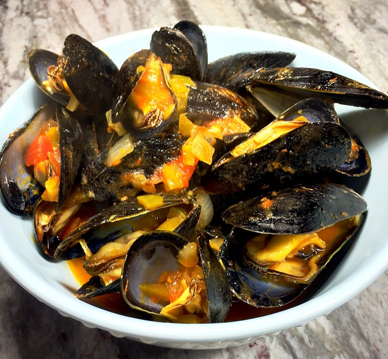 Mussels in a quick and easy tomato wine sauce. Ready in 30 minutes